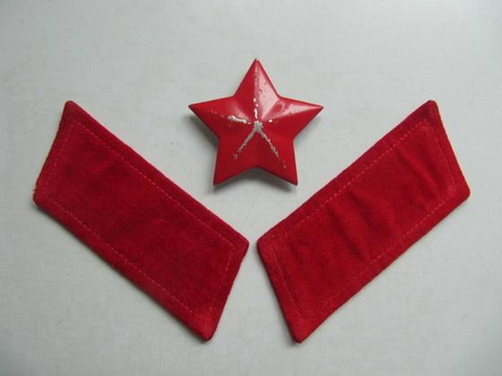 红色帽徽红领章